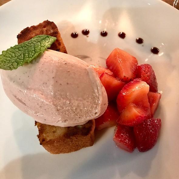 Bergamot Vanilla Cake – Strawberries And Red Fruit Ice Cream