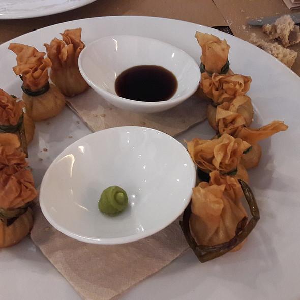 Saquitos de langostino y verdura con teriyaki y wasabi