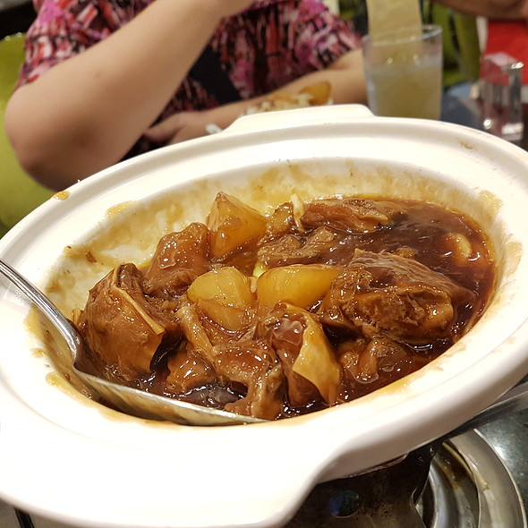 Stewed Beef, Tendon and Turnip in Clay Pot