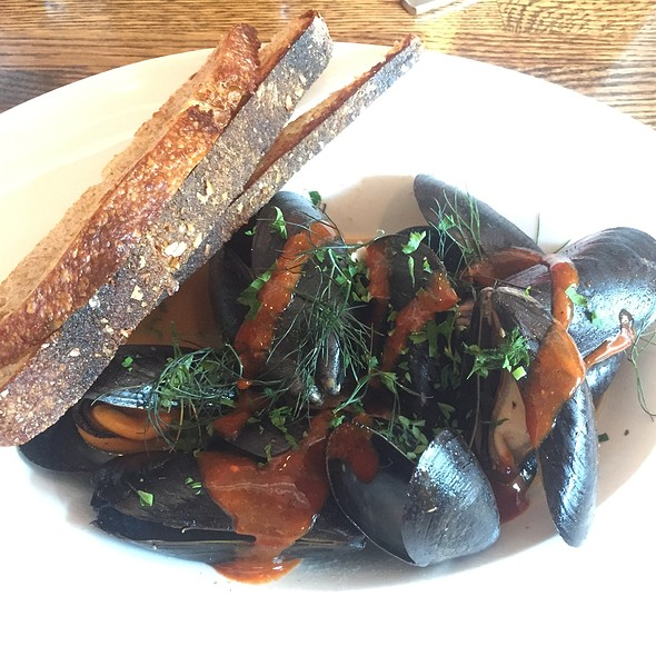 Mussels With White Wine And Sriracha Sauce