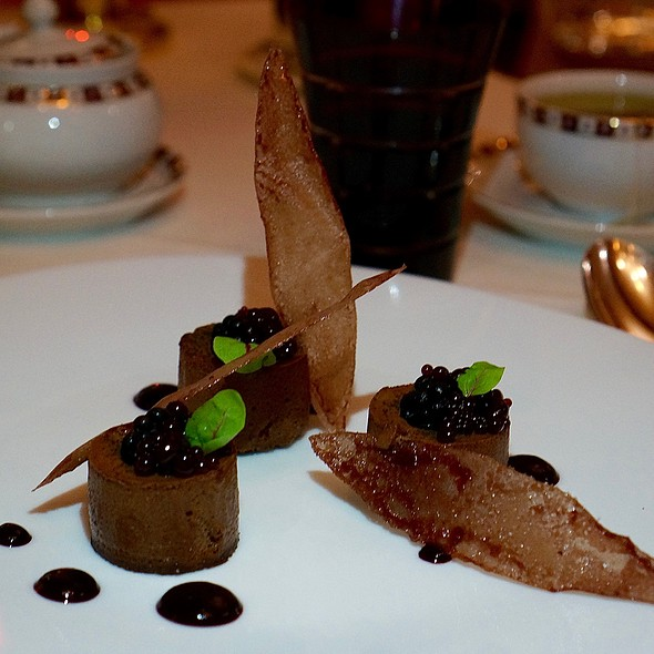 Le Chocolat – chocolate mousse, tuile, black currant pearls, blackberries