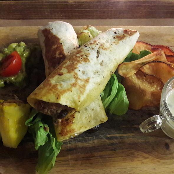 Burritos de ternera salteada con queso manchego, frijoles, salsa de yogurt y guacamole