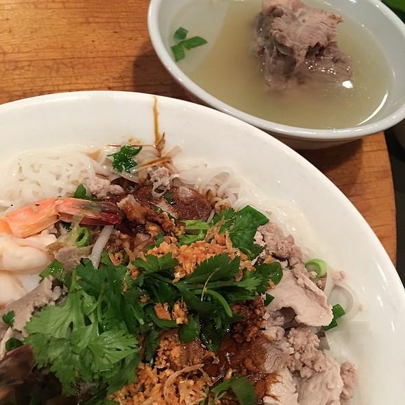 6. Phnom Penh Dry Two Kinds Of Noodles (  Rice & Egg Noodles )