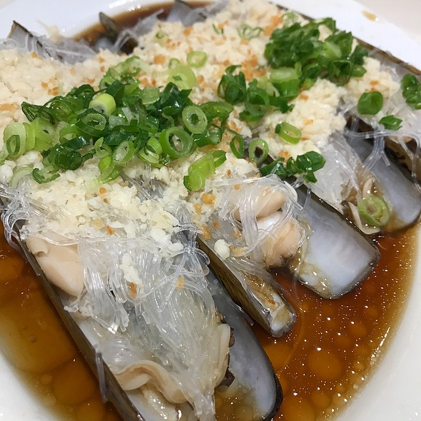 Razor Clams Steamed With Garlic And Vermicelli
