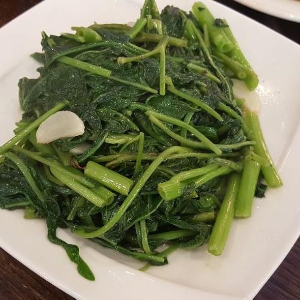 Sauteed Pea Pod Stems With Garlic