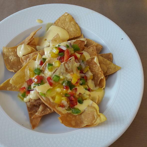 Nachos con salsa de queso y pico de gallo