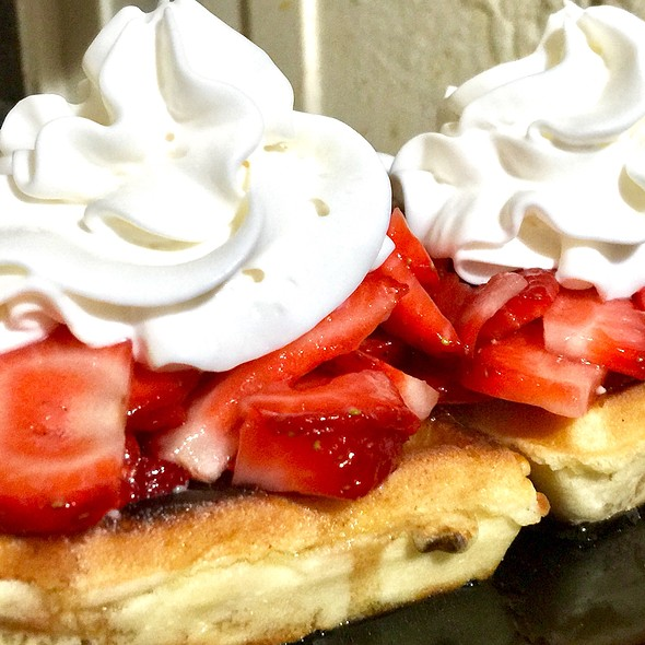 Begian Waffles / Strawberries / Maple Syrup