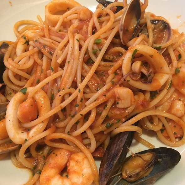 Spaghetti With Shrimp, Calamari, Scallops, Mussels And Clams
