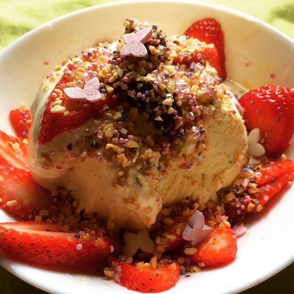 Vanilla Ice Cream With Fresh Strawberries, Choco Syrup, Praline And Candy Sprinkles