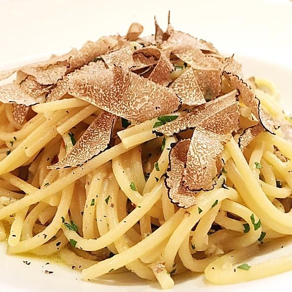 Spaghetti Aglio E Oglio With Truffles @ Sant Ambroeus Restaurant