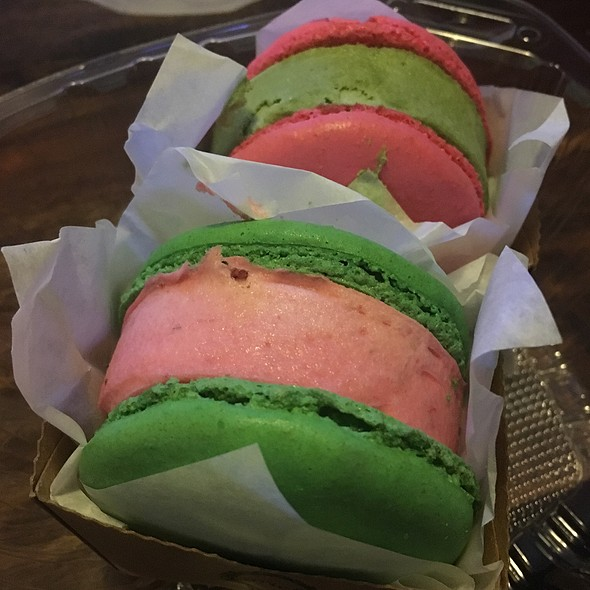 Green Tea And Strawberry Ice Cream Macarons