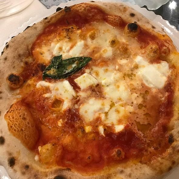 Pizza Margherita @ Gusta Pizza
