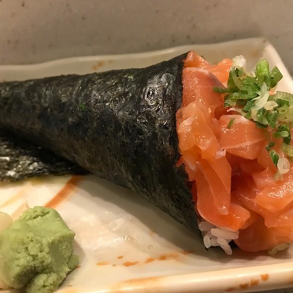 Salmon Hand Roll