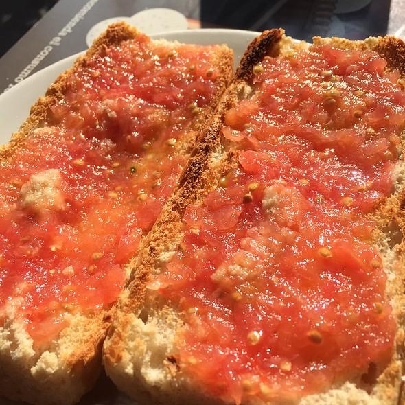 Tostadas Con Aceite Y Tomate