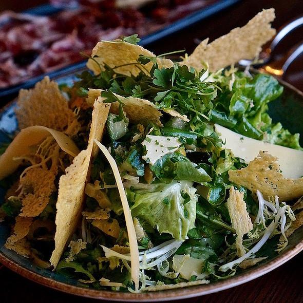 Verde – mixed greens, green beans, asparagus, avocado, shaved mahón cheese, sherry vinaigrette