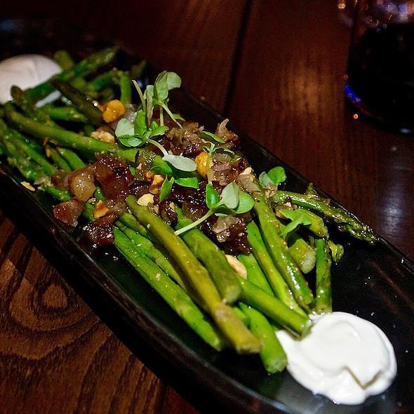 Esparregos amb cansalada –charred asparagus, iberico pancetta, white anchovy aioli, hazelnut, lemon vinaigrette