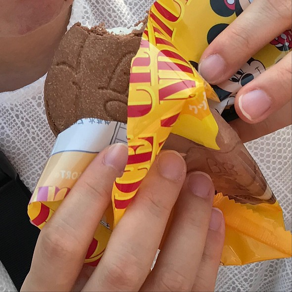 ミッキークッキーサンドアイス