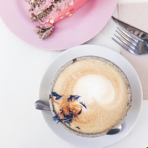caramel latte @ Cup & Cake
