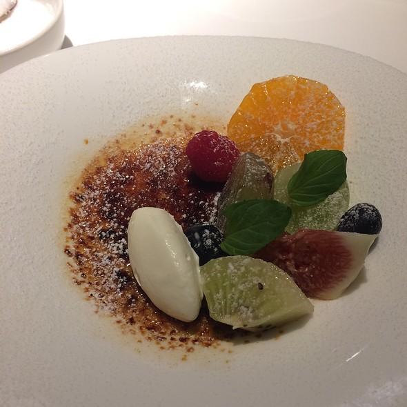 Creme Brûlée with Fresh Fruits
