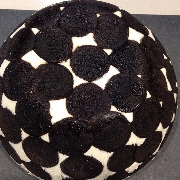Oreo Cheesecake Dome With Strawberries