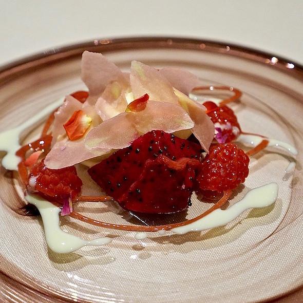 Mille-Fleurs aux framboises, rose raspberry, red dragon fruit
