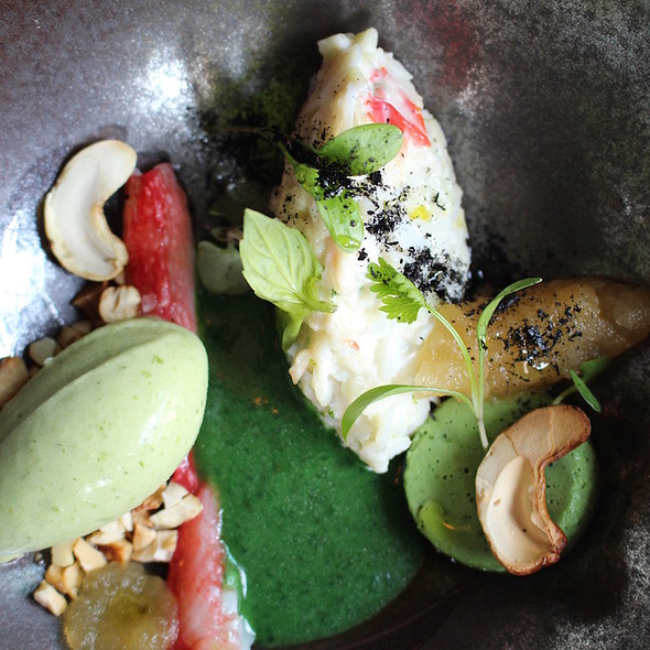Tartar of king crab with ice cream of green curry