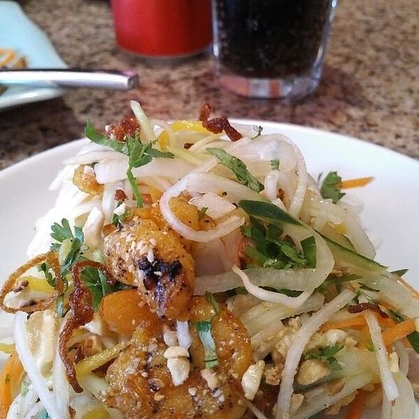 chọn thịt heo, thịt bò hoặc thịt gà @ Com Vietnamese Grill
