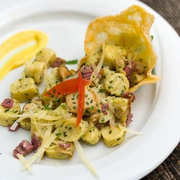 Gnocchetti di tosella con carne salada, funghi porcini e scaglie di Vezzena su cialda croccante al mais