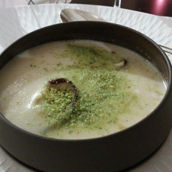Creme De Couve Flor Com Shiitake Fumado, Ovo A Baixa Temperatura e Torricado De Ervas