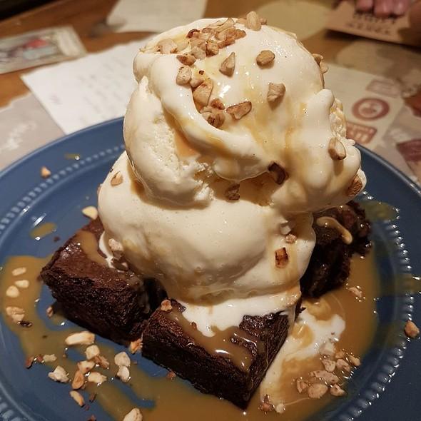 Brownie With Vanilla Ice Cream