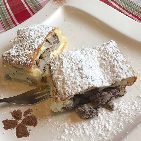 """Hausstrudel"", filled with pears, Poppyseeds, quark"