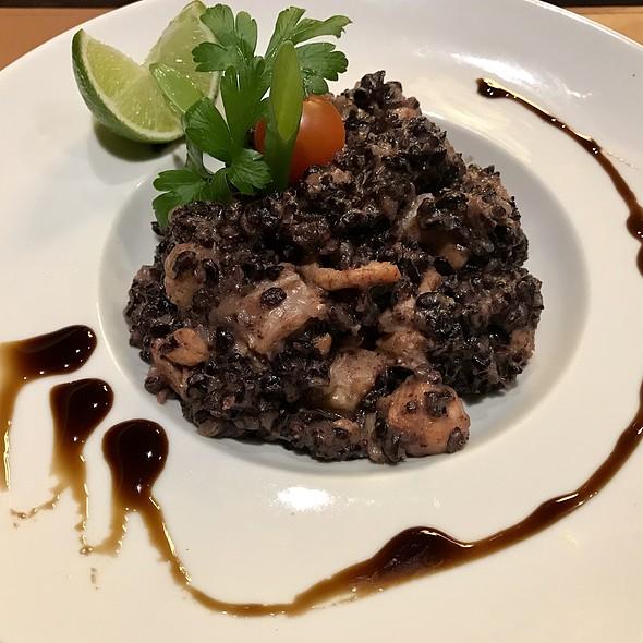 Risoto de salmão com arroz negro