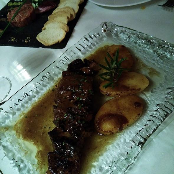 Carne braseada con patatas en su jugo @ The Geographic Club