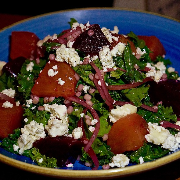 Ensalada de kale – kale, barley, roasted beets, goat cheese, lemon maple dressing