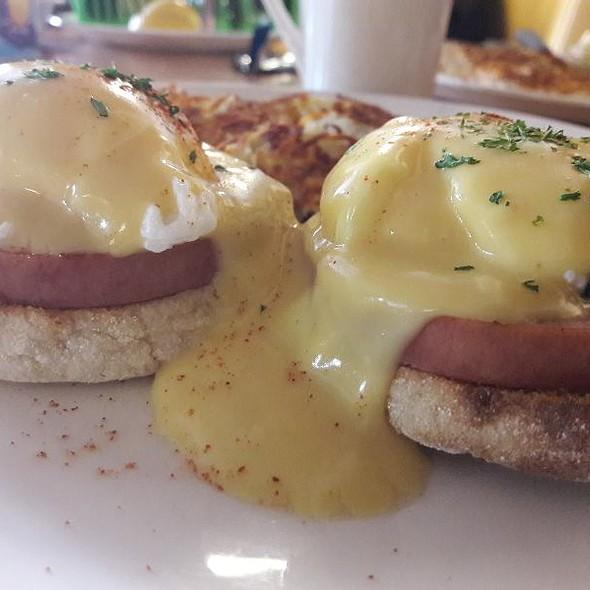 Eggs Benedict @ Broken Yolk Cafe Palm Springs