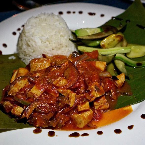 Mahi mahi in fresh tomato sauce, white wine, sautéed vegetables, white rice