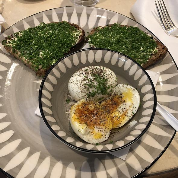 2 Eier im Glas mit Schnittlauchbrot