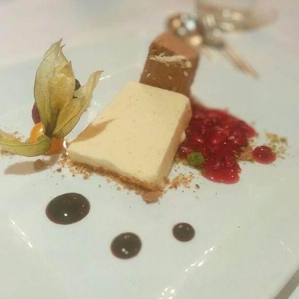 Hausgemachte Zimt-Schoko-Parfait auf Granatapfelsauce
