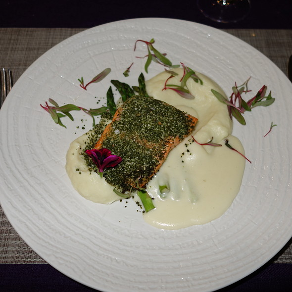 Herb crusted salmon fillet with cauliflowerparsnip puree and aple wine cauce