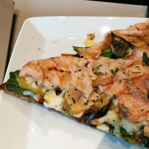 Pizza Con Salmone E Zucchine @ Gucci Caffè