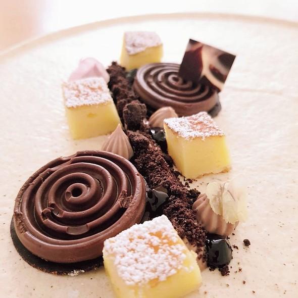 Crumble, Namelaka, Tourbillon, Salsa Al Cioccolato Salato, Biscotto Morbido Al Frutto Della Passione