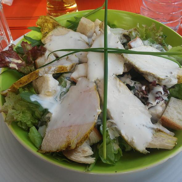 Salada de Peito de Frango com Rúcula e Molho de Iogurte