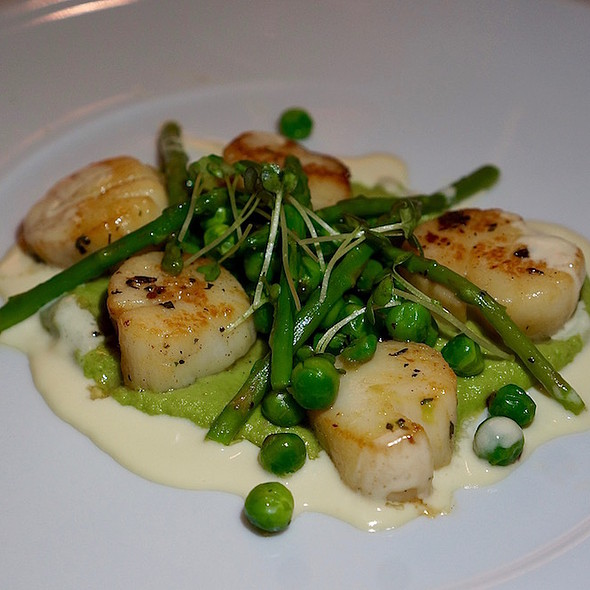 Diver scallops, grilled asparagus, peas, beurre blanc