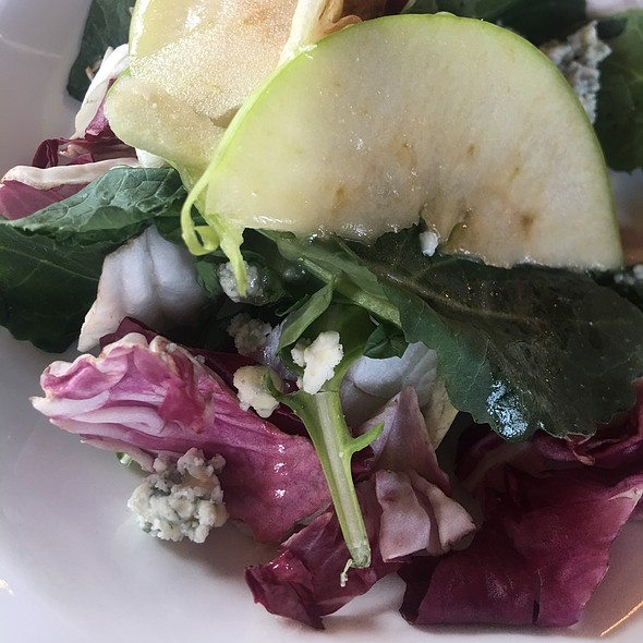 Green Salad With Pear And Blue Cheese