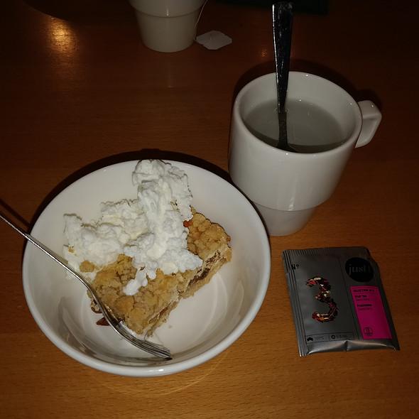 fruit tea with cheesecake and icecream