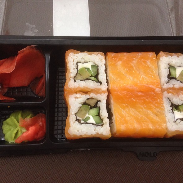 Smoked Salmon Roll With Avocado And Cream Cheese