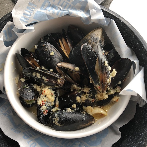 Mussles In Garlic Wine Broth