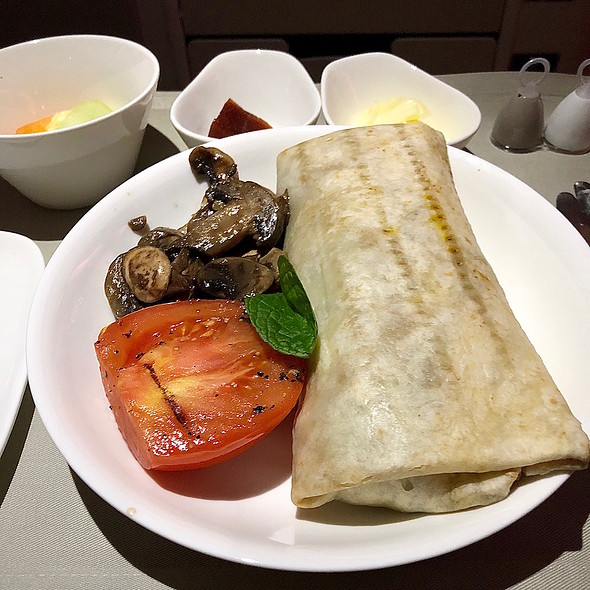 Curried vegetable tortilla wrap, grilled Roma tomato, button mushrooms