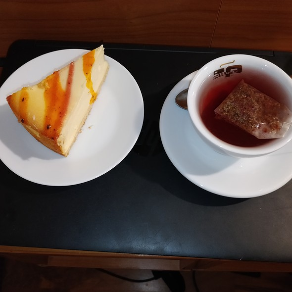 cheesecake with red tea