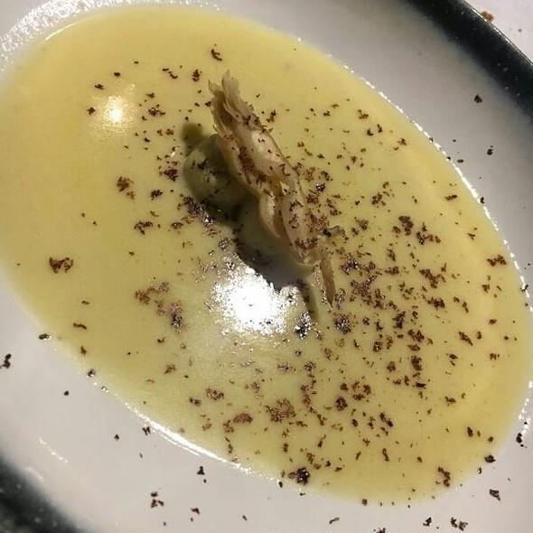 Crema De Pularda Con Bolitas De Patata, Setas Y Trufa Al Chocolate
